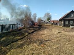 Благодаря профессиональным действиям инспектора пожарного надзора и жителей деревни удалось предотвратить беду